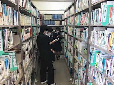 図書館で文献を探す