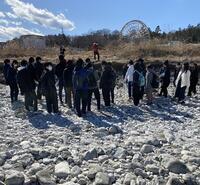 河原で説明を受ける生徒たち